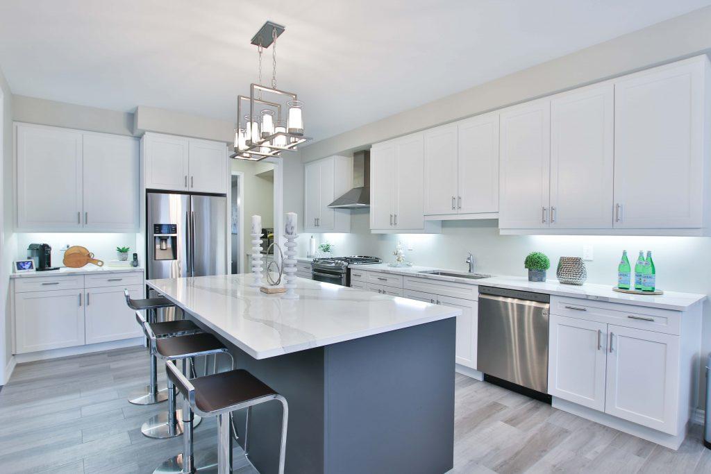 מטבח מודרני בצבע אפור לבן